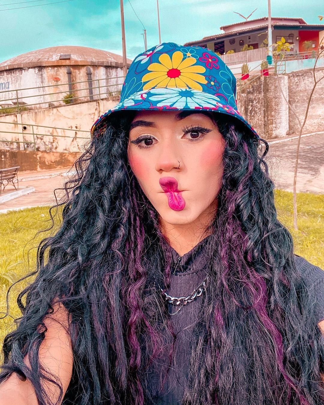 mechas roxas cabelo cacheado - Cabelo cacheado com mechas coloridas:  11 inspirações para colorir os seus cachos