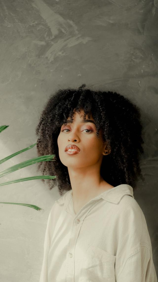 cabelo medio com franja cortininha - 5 motivos que comprovam que a franja cortininha combina com cachos