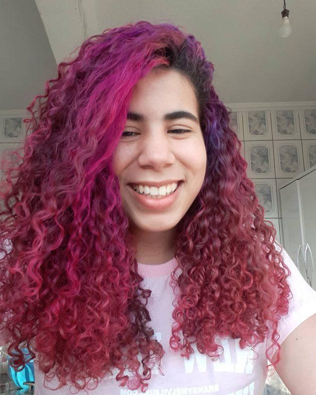cabelo pintado de rosa total 630x788 - Cabelo cacheado rosa: 8 inspirações do tom fantasia nos fios naturais