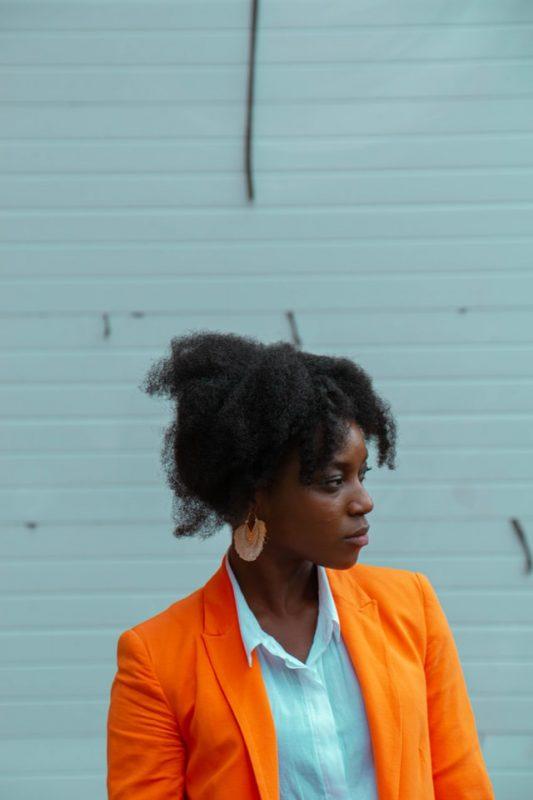 coque torcido 533x800 - 20 penteados elegantes para cabelos naturais