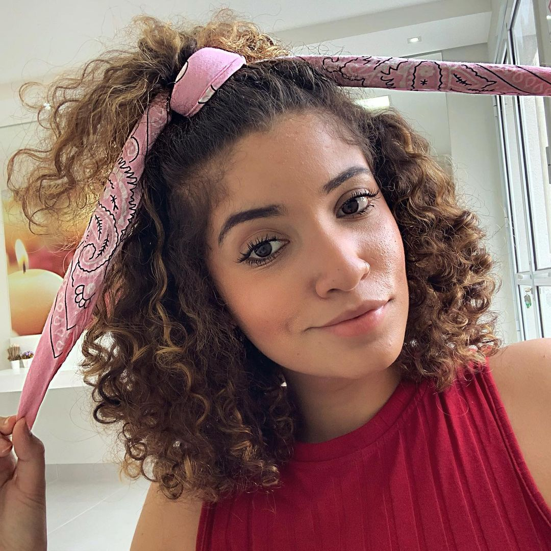 Lenço no cabelo cacheado