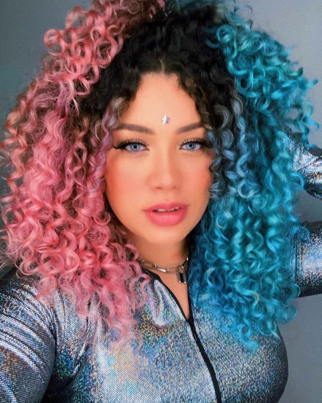 cabelo cacheado colorido cor azul e rosa 630x788 - Ideias de cabelo colorido para cacheadas: 8 tons criativos para se inspirar