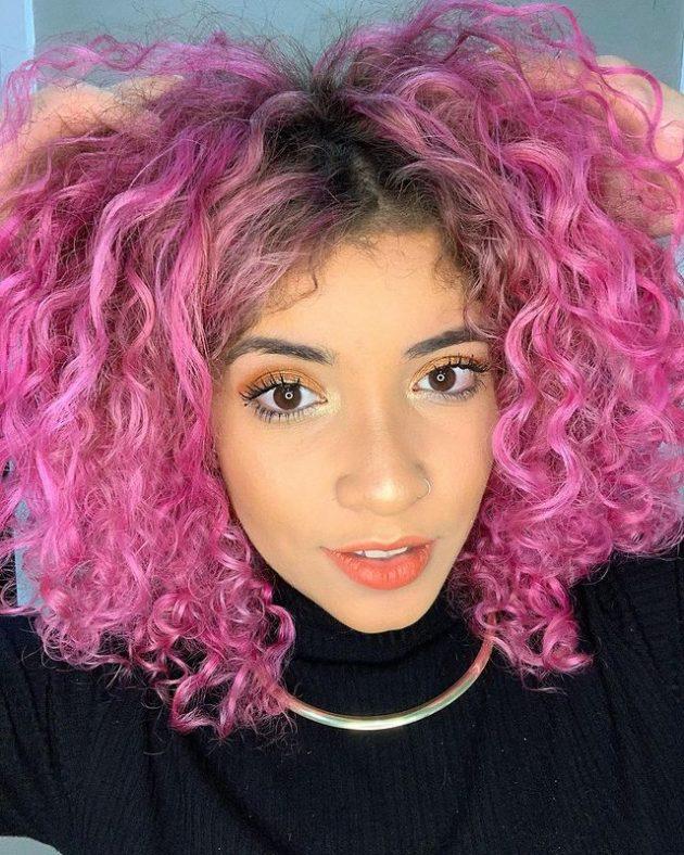 cabelo cacheado colorido rosa 630x788 - Ideias de cabelo colorido para cacheadas: 8 tons criativos para se inspirar