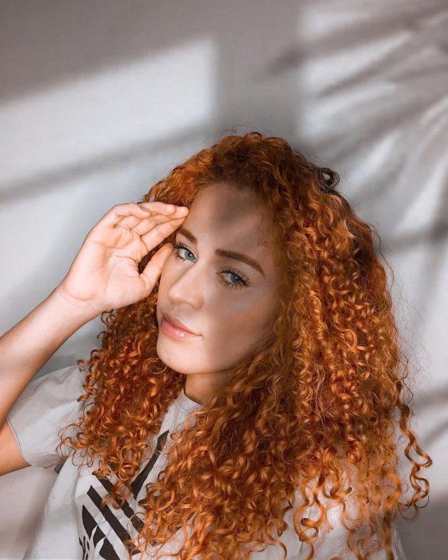 cabelo cacheado colorido ruivo 630x788 - Ideias de cabelo colorido para cacheadas: 8 tons criativos para se inspirar